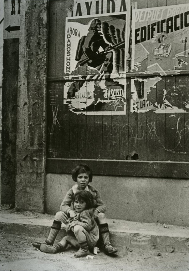 로버트 카파 (Rebert Capa) 1936 포스터 밑의 모녀.jpg