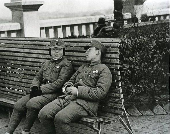 로버트 카파 (Rebert Capa) 1938  의자에 앉은 병사.jpg