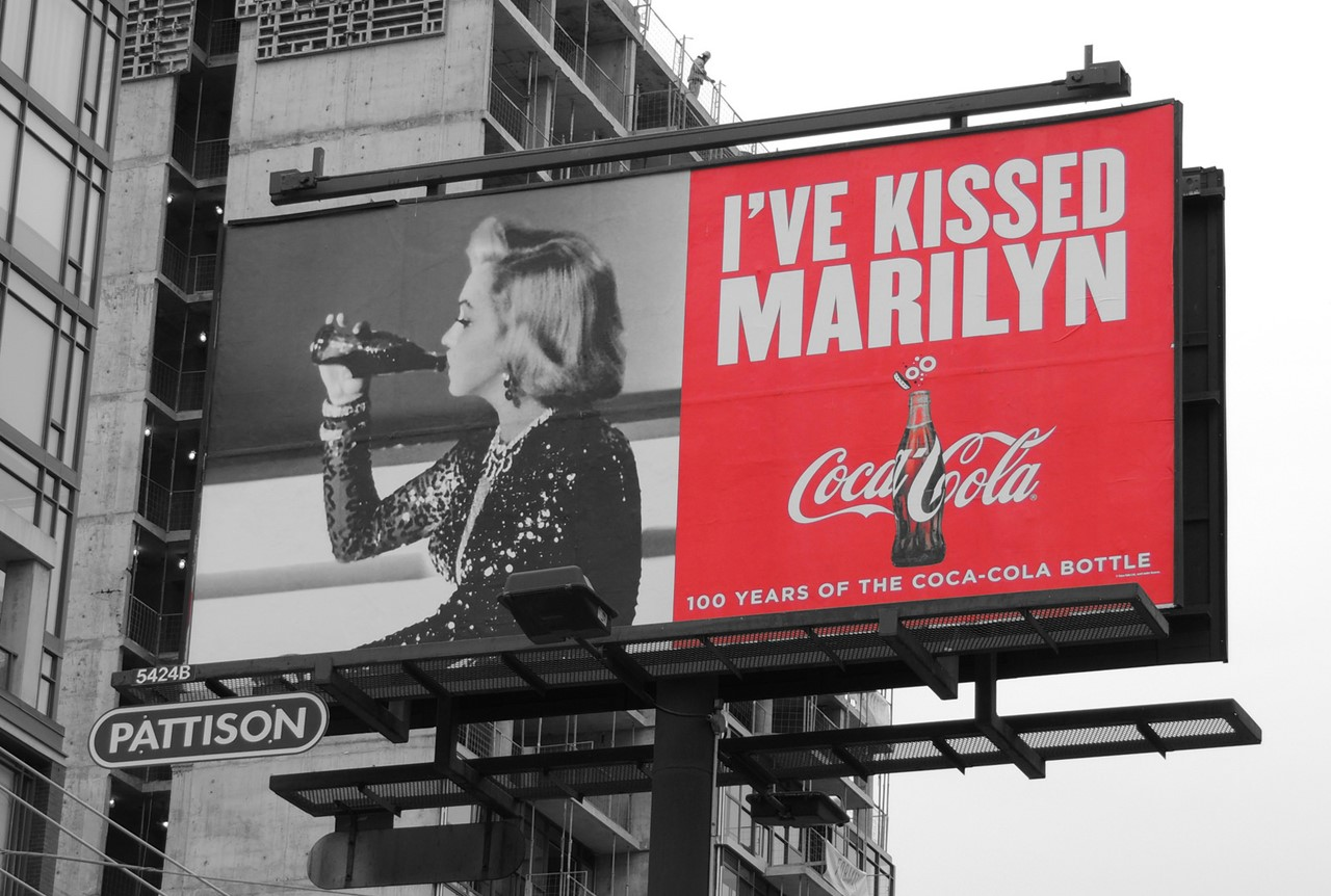 코카콜라 bottle 100주년 광고_Kissed-marilyn-billboard RESIZE.jpg