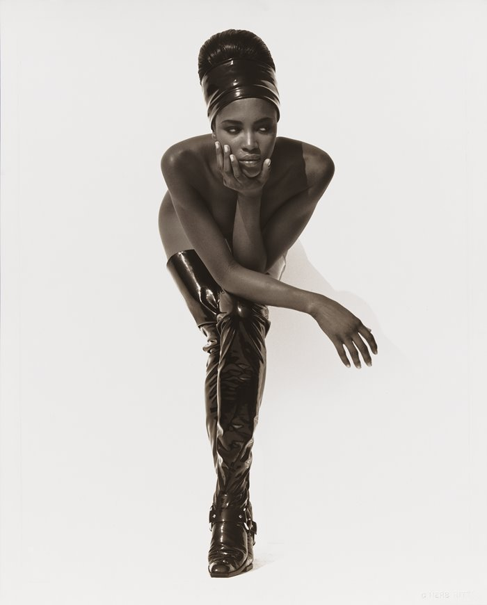 19-naomi-campbell-face-in-hand-hollywood-1990.jpg