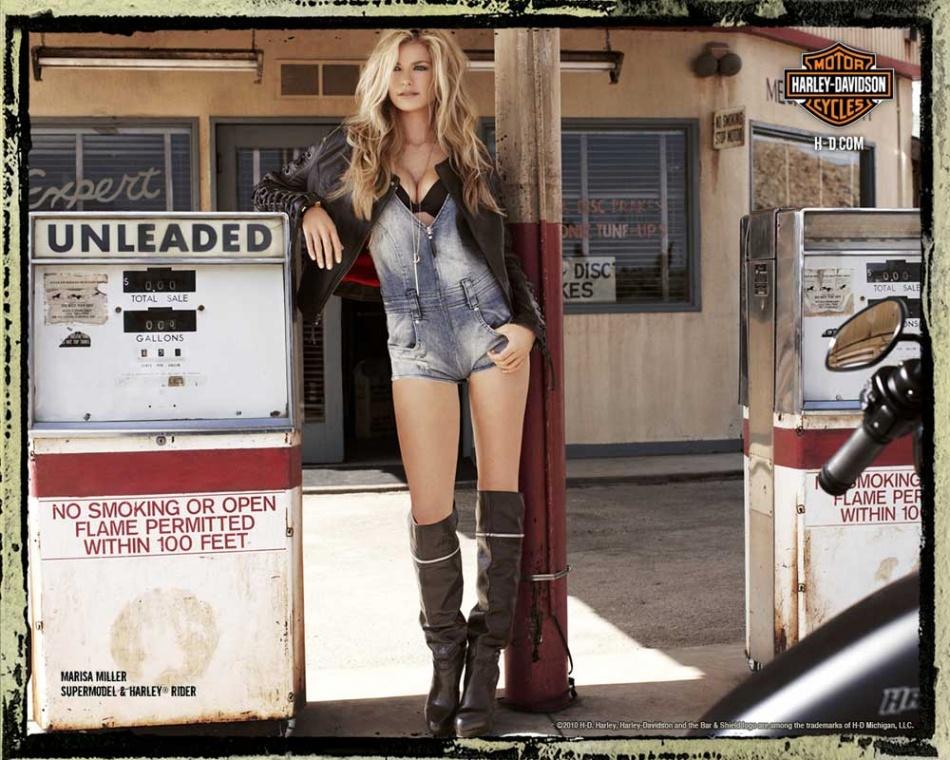 슈퍼모델 마르샤 밀러(Marisa Miller)Biker-Girl-Photo-Victorias-Secret-Model-Marisa-Miller-at-a-Desert-Gas-Station-with-a-Parked-Harley.jpg