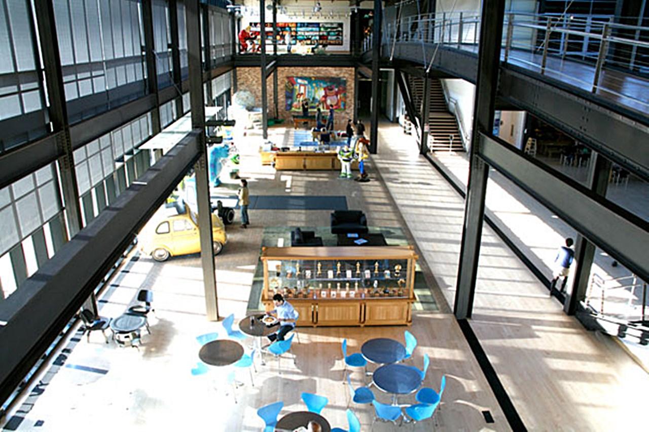 픽사 오피스_aerial-view-of-pixar-hallway1.jpg