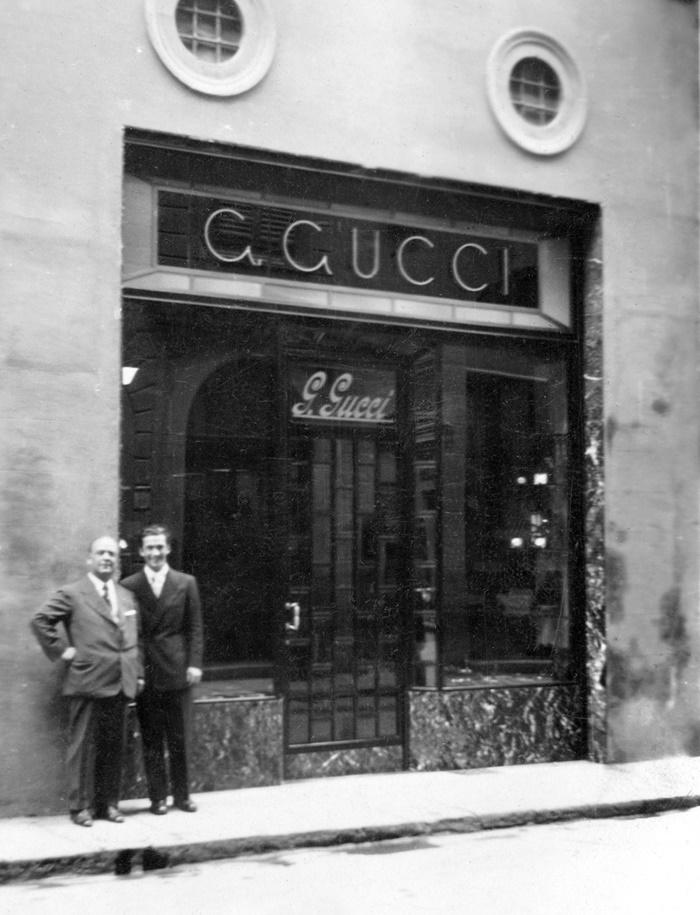 이탈리아 피렌체에 오픈한 구찌 공식매장앞에서 창립자인 구찌오 구찌와 셋째아들인 로돌프 구찌.jpg