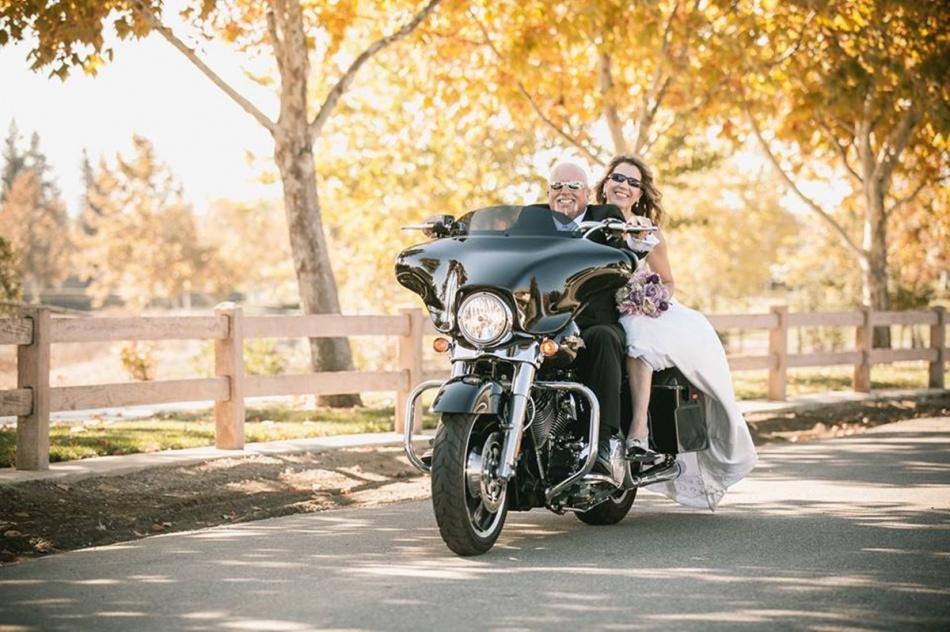 할리 데이비슨에 신부를 태워 라이딩을 즐기는 초로의 백인 아저씨 , Image - Harley-Davidson facebook
