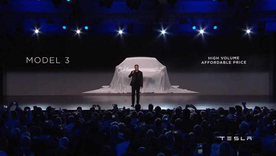 앨런 머스크가 모델 3를 소개하고 있다.jpg