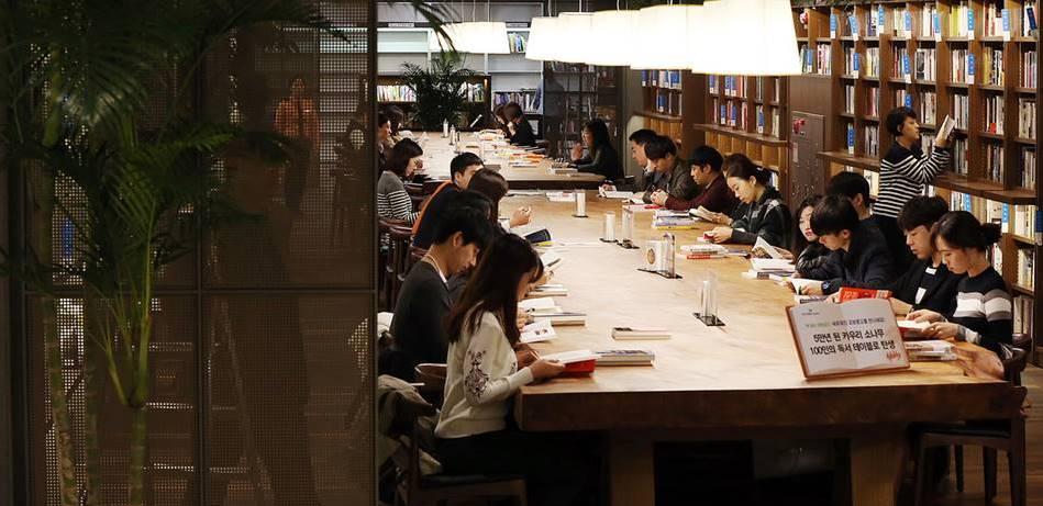 교보문고_카우리 소나무 책상에서 책을 읽는 고객들, Image - 이데일리 보도사진