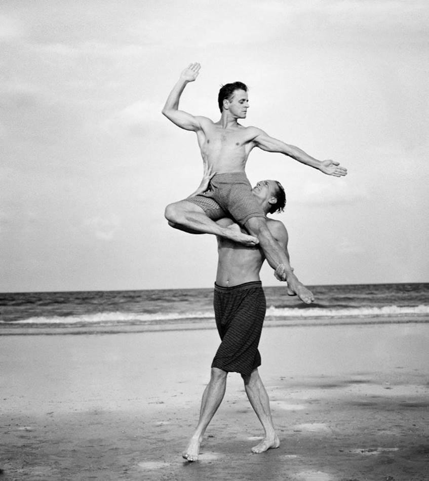 애니 레보비츠(Annie Leibovitz)_발레계의 전설 미하일 바리시니코프 Mikhail Baryshnikov and Rob Besserer Cumberland Island Georgia-1990
