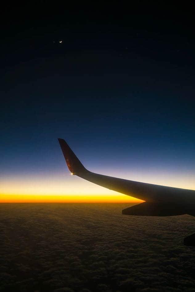 돌아오는 비행기에서 담아본 일몰 후 풍경 그리고 초승달
