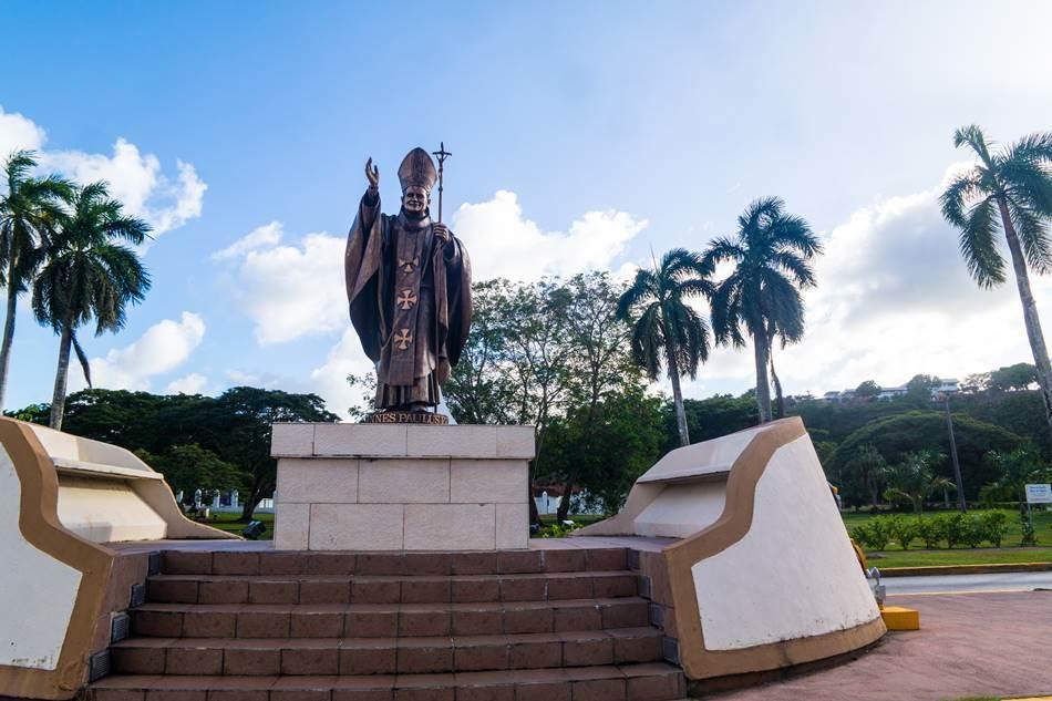 스페인광장 앞 길 중앙에 있는 요한 바오오 2세 동상