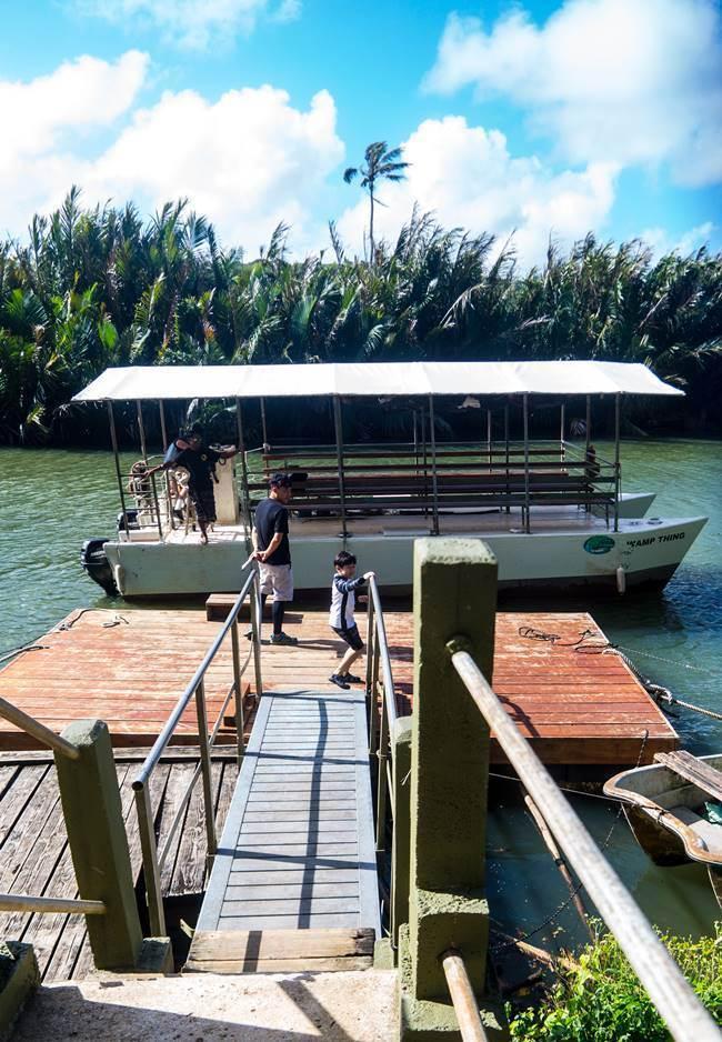 선착장에 정글 리버 쿠르즈(riverboat cruise)를 위해 대기하고 있는 배