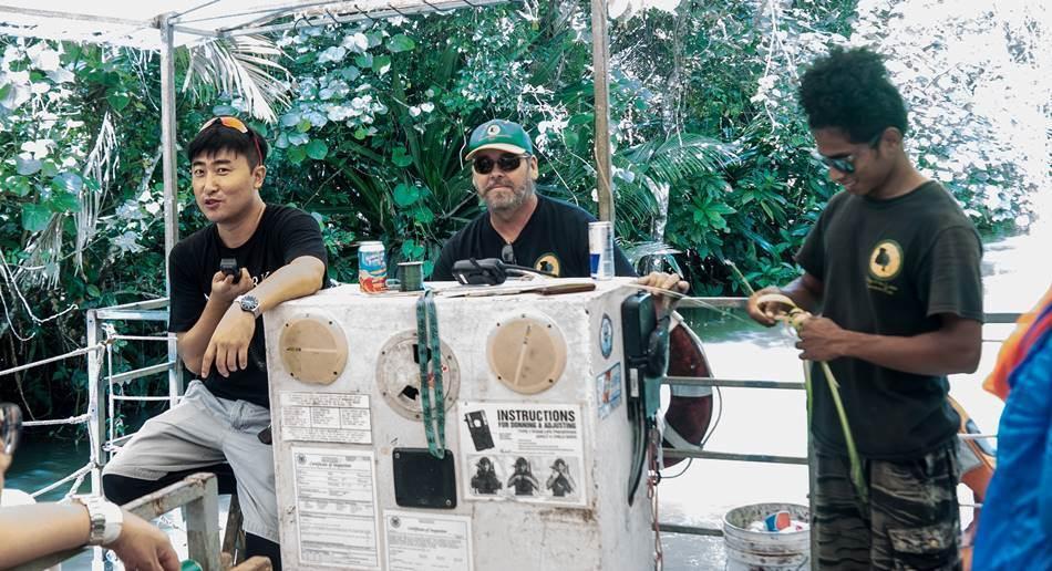 정글 리버 쿠르즈(riverboat cruise)를 안내하는 사람들,  자기는 가이드가 아니라고 자꾸 주장하는 가이드 그리고 선장 그리고 원주민 도우미(?)