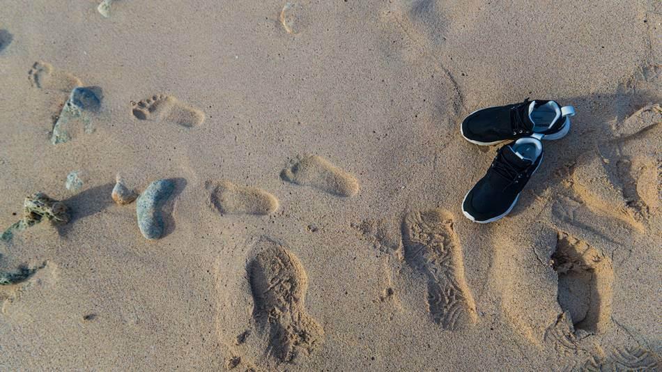 파세오공원 옆 바닷가 모레, 은결이는 벌써 바라도 들어가고 싶어 한다.