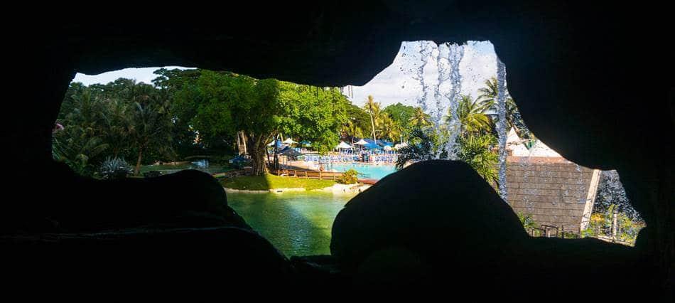 디너쇼 가는길에 만나는 동굴에서 바라본 풍경
