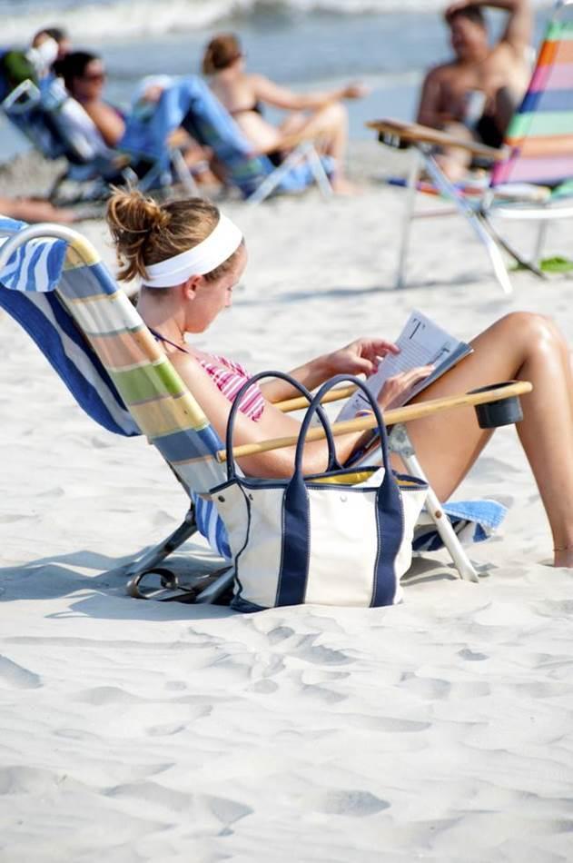 바닷가에서 책을 읽는(독서히는) 여인_beach-420173