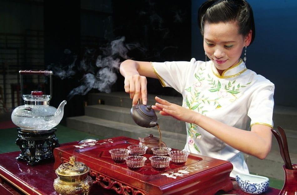 중국 차를 따르는 여인 tea-dao