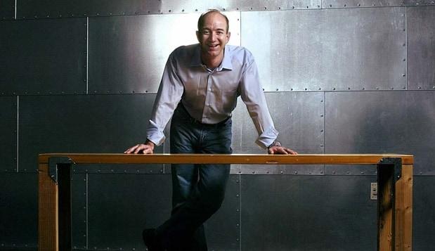 아마존 CEO 제프 베조스가 창업할 때 만들어 사용했다는 문짝으로 이어 만든 책상 Amazon Jeffrey P. Bezos door desk02