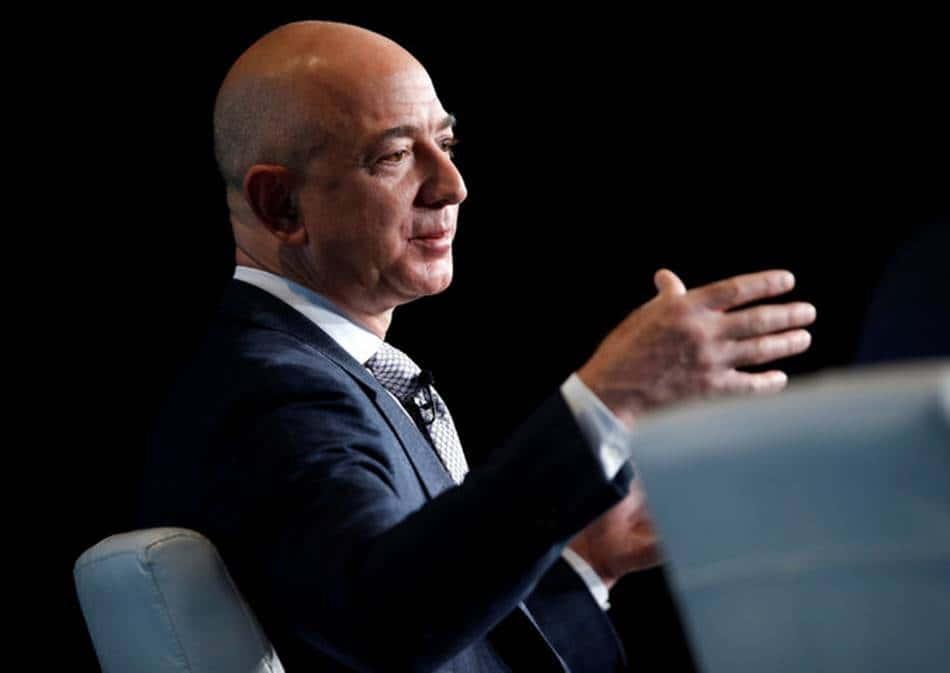 인터뷰중인-아마존-CEO-제프리-베조스Jeffrey-P.-Bezos-photo-by-Joshua-RobertsReuters