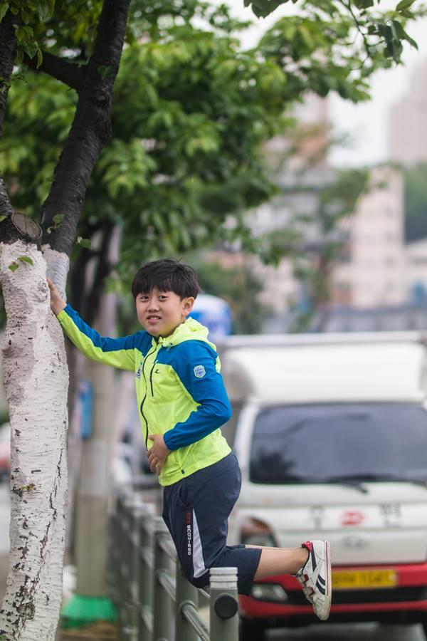 엄마를 기다리면서 그 새를 못참고 가드레일에 올라가 나무를 건들이는 은결, 그런 아이를 사진으로 담는 아빠도 똑같다.