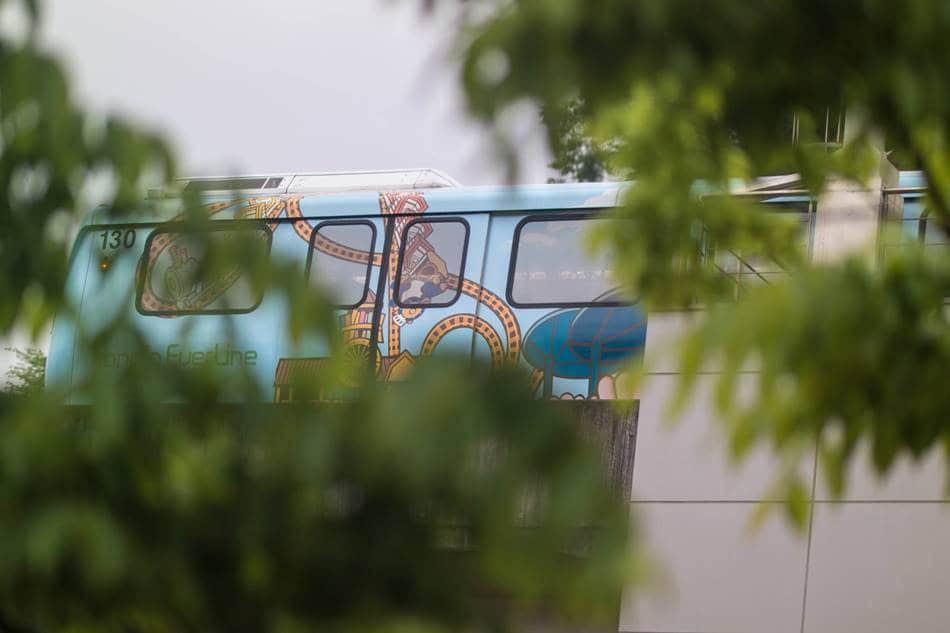 어정역을 지난 동백으로 향하는 경전철, 나무잎 사이로 보이는 경전철이 조금은 그럴싸 해보 보인다.