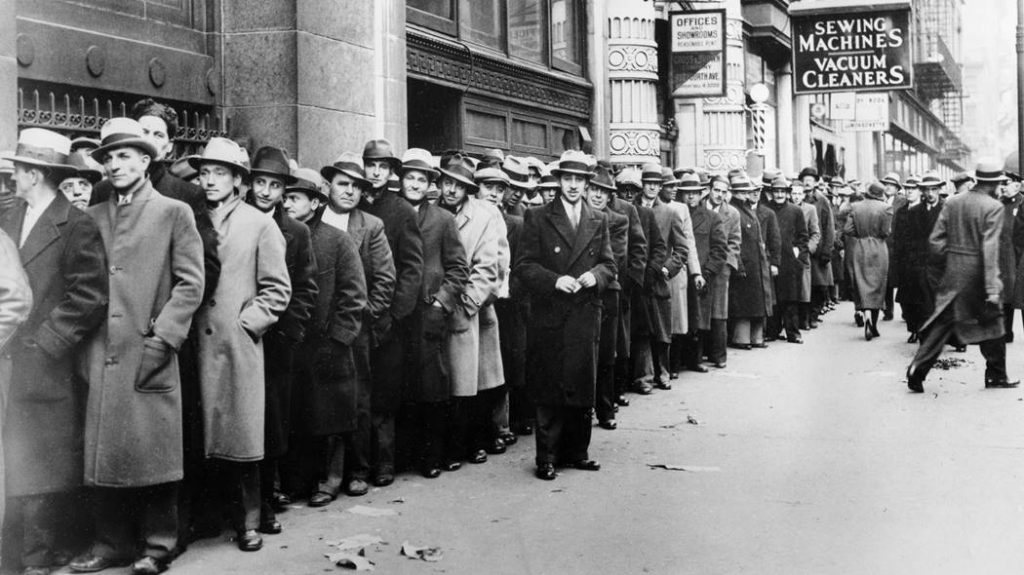 대공황Great-Depression-사진-Thousands-of-unemployed-people-wait-outside-the-State-Labor-Bureau-in-New-York-City-to-register-for-federal-relief-jobs-in-1933-AP