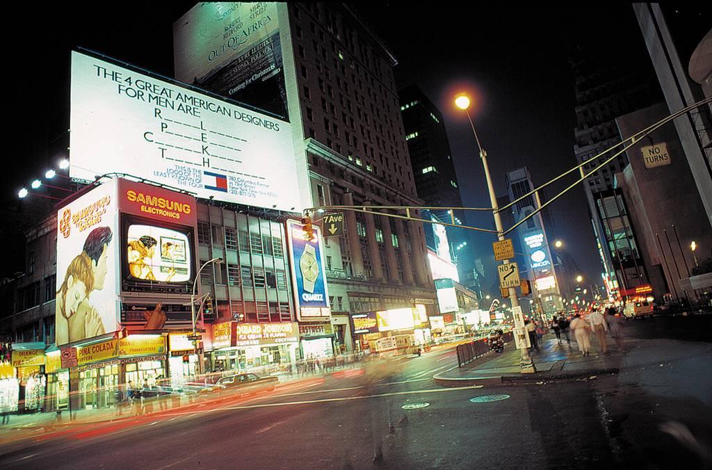 어타미 힐피거(TOMMY HILFIGER) 1985년 광고 뉴욕 타임스퀘어광장 광고 사진 출처 모한 무라니(Mohan Murjani) 그룹 02