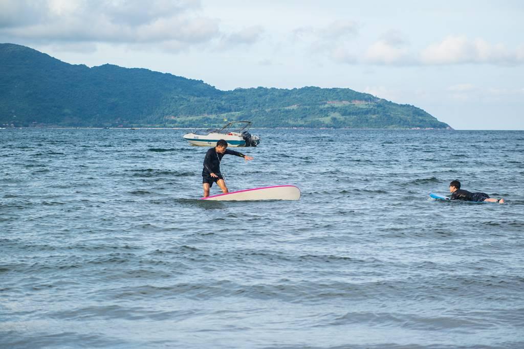다닝 미키 비치(My Khe Beach) 풍경 - 서핑을 연습하는 젊은 친구들
