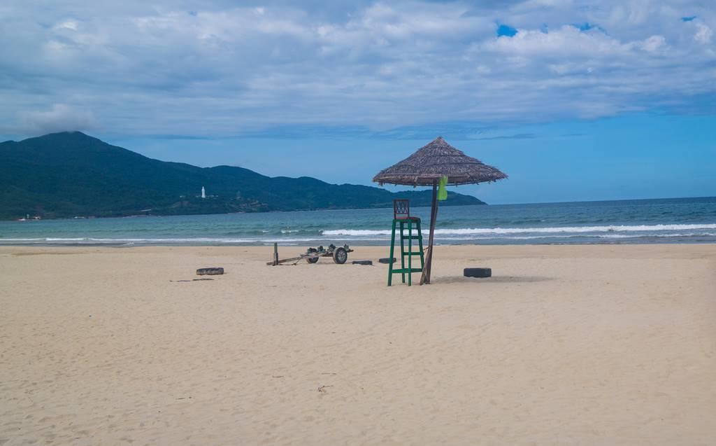 다닝 미키 비치(My Khe Beach) 풍경 안전감시대 린응사가 보이는 미케 비치
