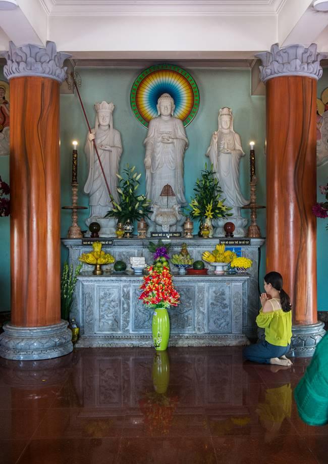 린응사 불당에서 기도하고 있는 베트남 여성-6142
