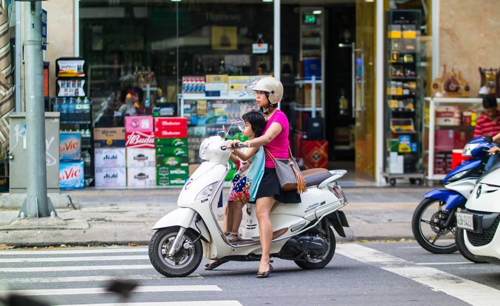 베트남 다낭 여행 - 다낭 한마켓 앞 오토바이를 탄 모녀-3719