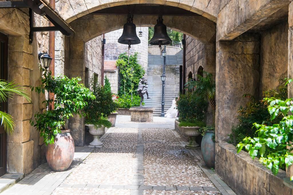 베트남 다낭 여행 - 바나 힐(Bana Hill) 골목 풍경,안쪽으로 웨딩사진 찍는 커플이 있다-4256