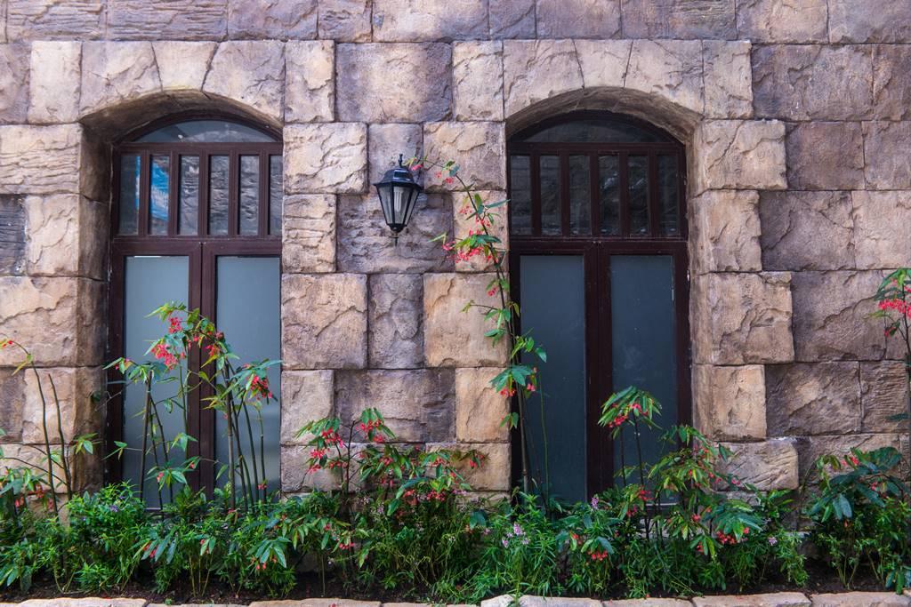 베트남 다낭 여행 - 바나 힐(Bana Hill) 골목 풍경 꽃과 참문이 분위기 있다