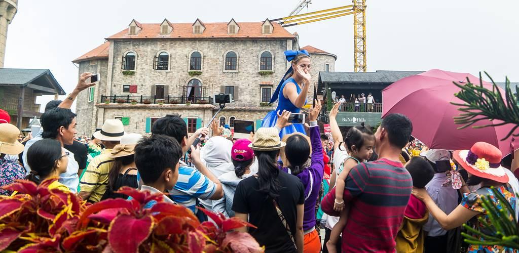 베바나 힐(Bana Hill) 광장 페스티벌 키다리 무희의 인기는 엄청나다