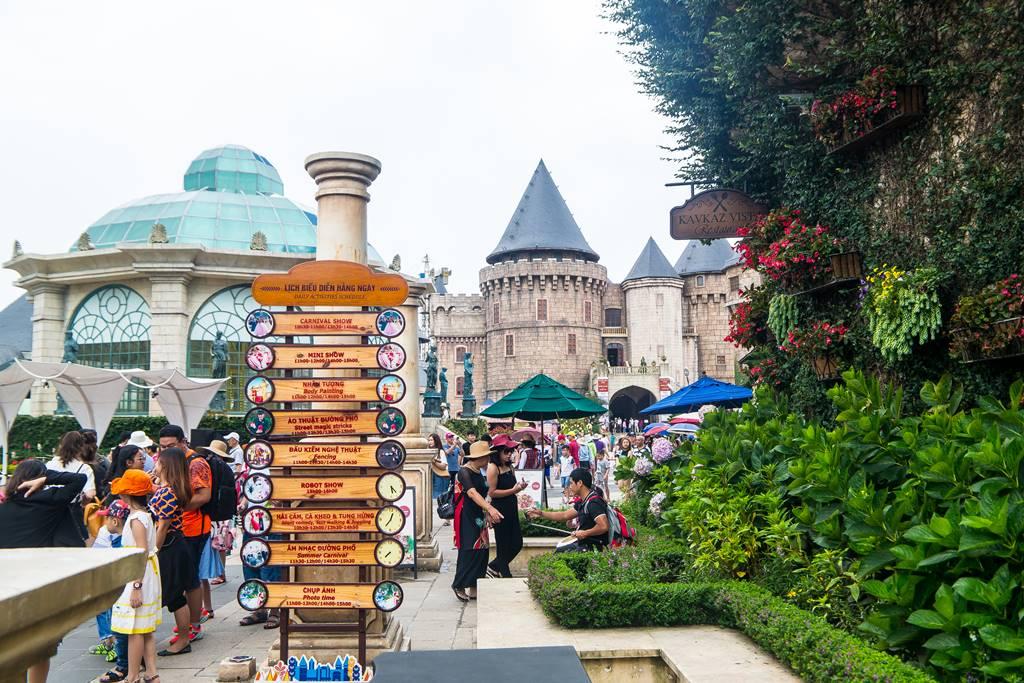 베트남 다낭 여행 - 바나 힐(Bana Hill) 광장의 풍경 그리고 이정표