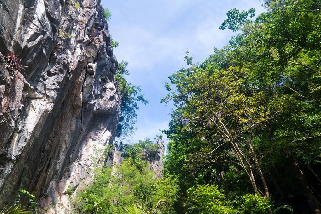오행산(마블 마운틴) 반통동굴(Van Thong Cave)로 가는 길의 기암절벽