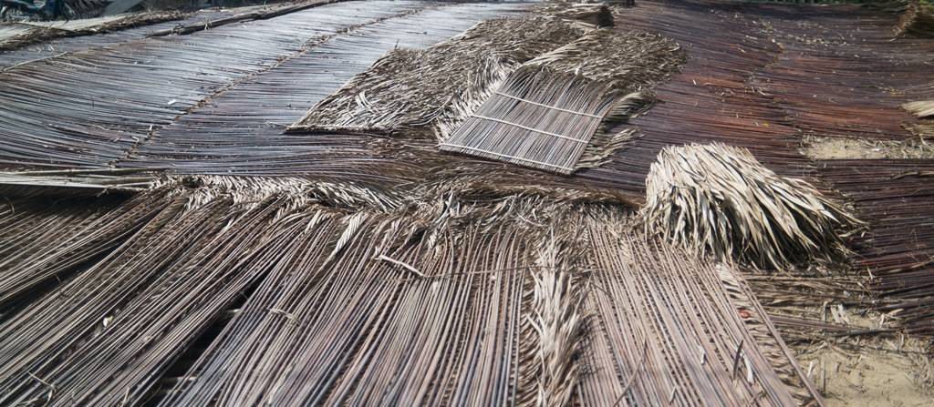 트남 다낭 여행 - 야자나무잎으로 무언가를 만들어 놓은 모습-4923