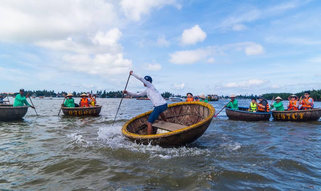 트남 다낭 여행 - 전통배 퉁버이(Thung Boi 바구니보트) 묘기를 부리는 베트남 선원