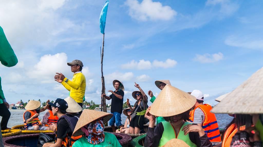 트남 다낭 여행 - 전통배 퉁버이(Thung Boi 바구니보트) 춤을 추는 외국인