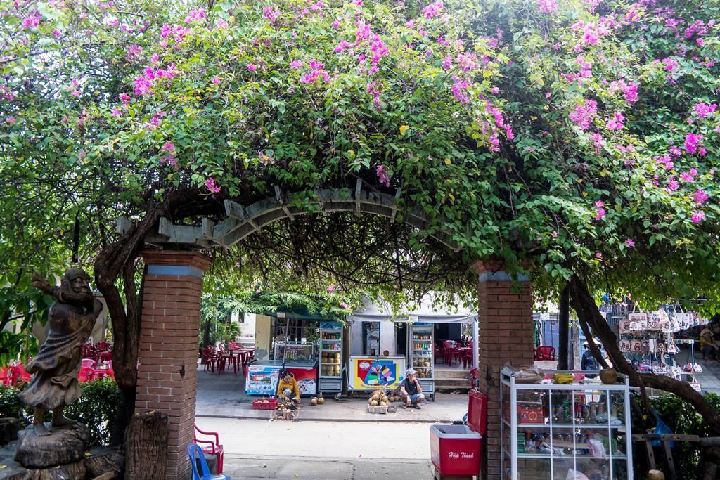 낌봉마을에서 가장 유명한 목공예 장인 안쪽에서 담아 본 부겐빌레아(Bougainvillea) 꽃
