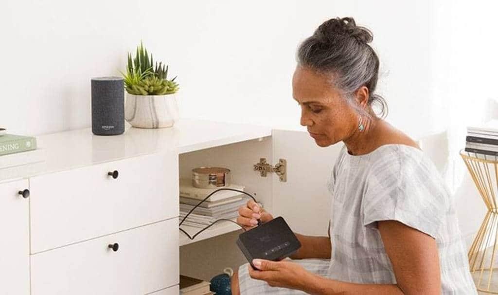 에코 커넥트(Echo Connect)와 유선전화를 연결하는 모습