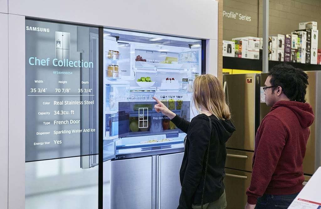 삼성 오픈 하우스(Samsung Open house) 베스트바이 매장에서 고객들이 삼성오픈하우스의 센터 디스플레이로 냉장고를 살펴보고 있다