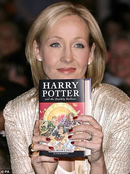 해리포터를 들고 있는 J.K. Rowling J.K 롤링