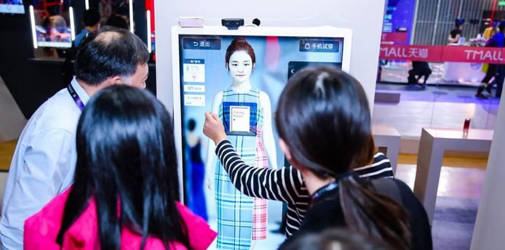 고객이 알리바바 Alibaba's FashionAI system을 실험해 보고 있다 02