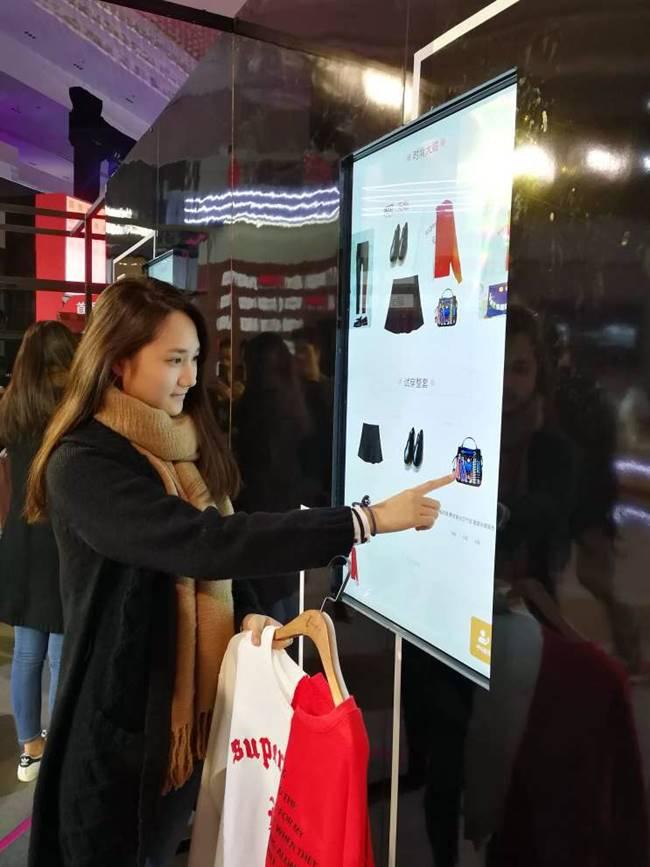 고객이 알리바바 Alibaba's FashionAI system을 실험해 보고 있다