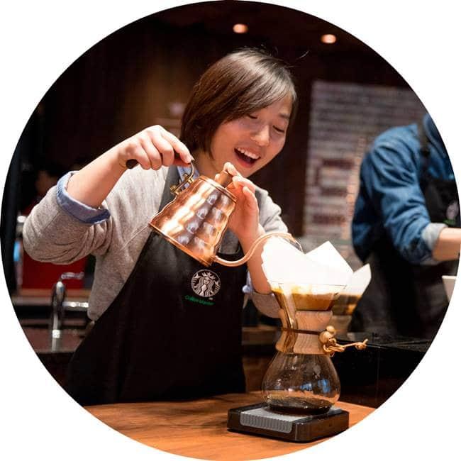 스타벅스 상하이 세계 최대 리저브 로스터리 커피 걸르는 여직원 starbucks shanghai roastery05 원형