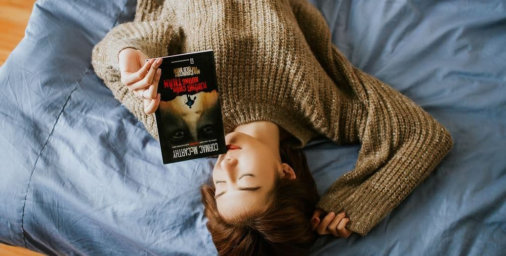 누워 책을 읽는 여인, Image - Anthony Tran