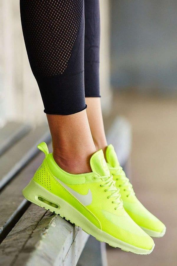 나이키의 트레이드 마크인 나이키 킥스 Nike's trademark Neon Yellow Nike Kicks