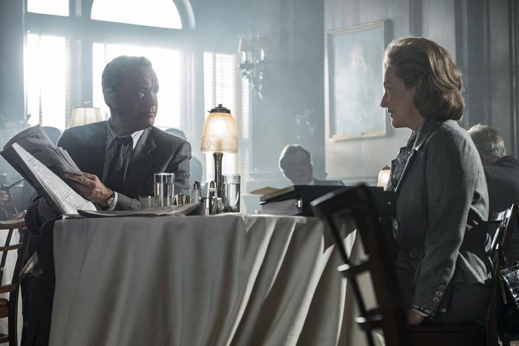 영화 더 포스트(The Post) 조찬을 겹해 논쟁중인 톰 행크스 메릴 스트립02 Tom Hanks and Meryl StreepTom Hanks as Ben Bradlee and Meryl Streep as Kay Graham in The Post