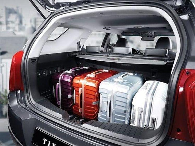 티볼리 트렁크 공간이 넓다는 것을 보여주기 위한 4개의 여행가방