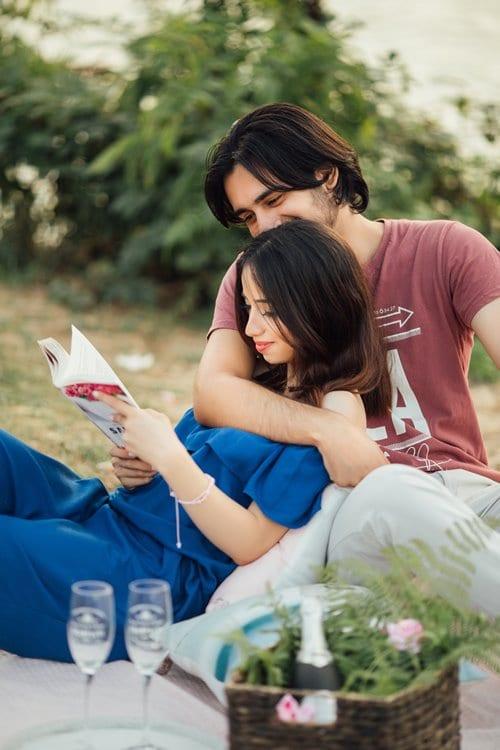책읽눈 여자와 바라보는 남자가 있는 연인 풍경