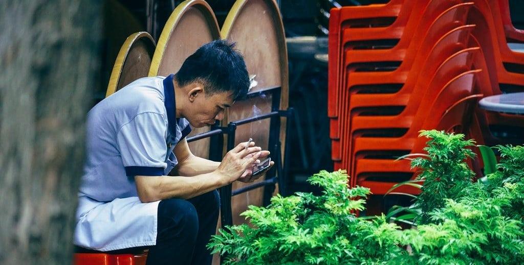 스마트폰하는 중국 남자